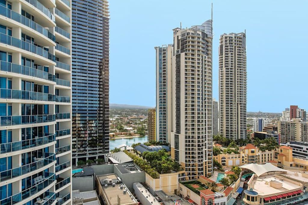 Balcony landscape, leisure viewing, enjoy your leisure time with sprawling vista of the Surfers Paradise skyline 景观阳台,可休闲观景,能看到黄金海岸美丽天际线下的城景和远处的山景
