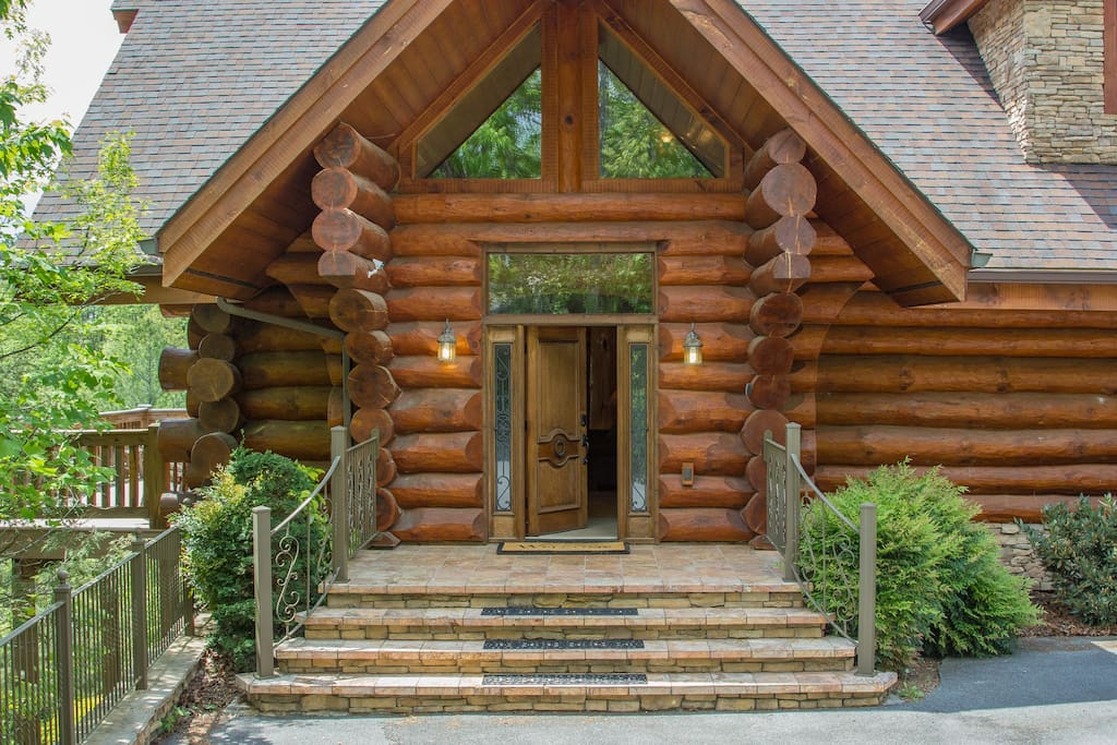 Welcome to luxurious Buck & Bear Lodge!