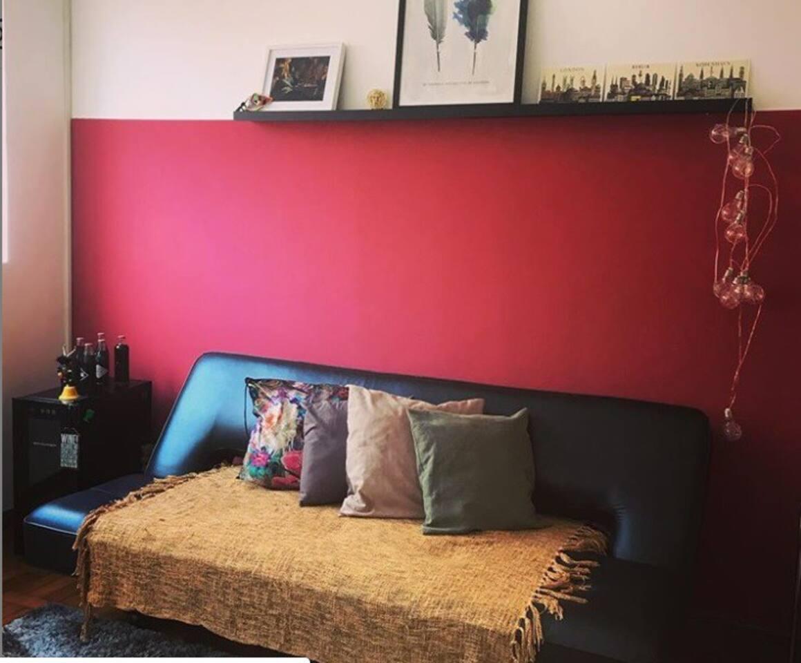 Sala de estar (não há TV);  parte da cozinha; o quarto que será alugado.