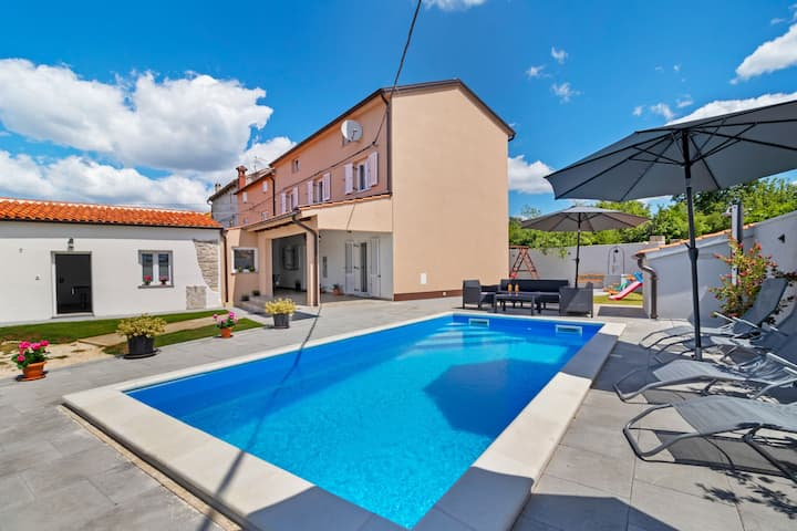 Komfortables Ferienhaus in Smoljanci mit privatem Pool