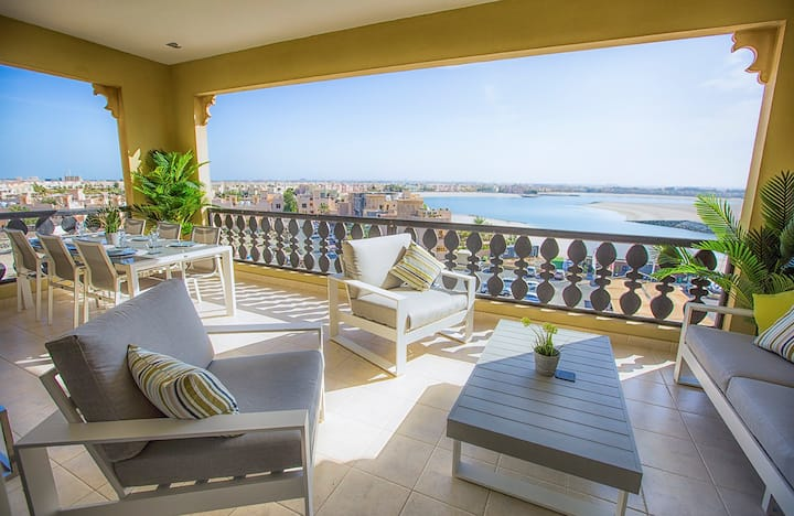 STUNNING 2 BED APARTMENT WITH LAGOON VIEW