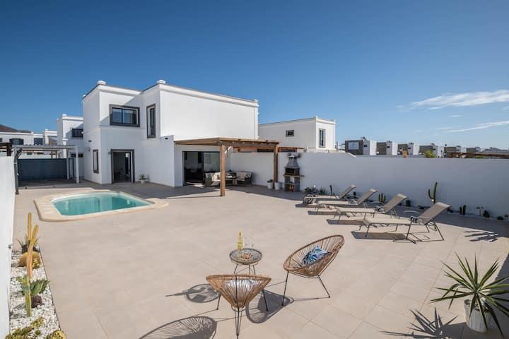 Villa Esmeralda close to Papagayo Beach with Mountain View, Wi-Fi, Garden, Pool & Terraces; Parking Available