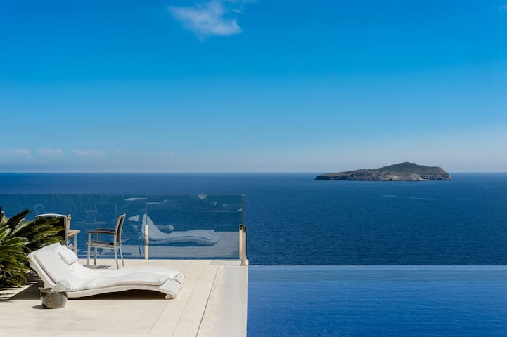 22 BR Super Luxury villa Infinity pool & sea views