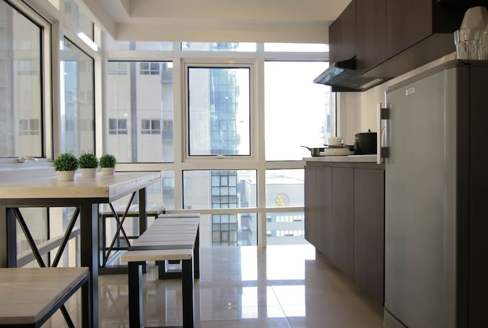 Sleeps 5! 2 Bedroom value LOFT in BGC!  w/ Netflix