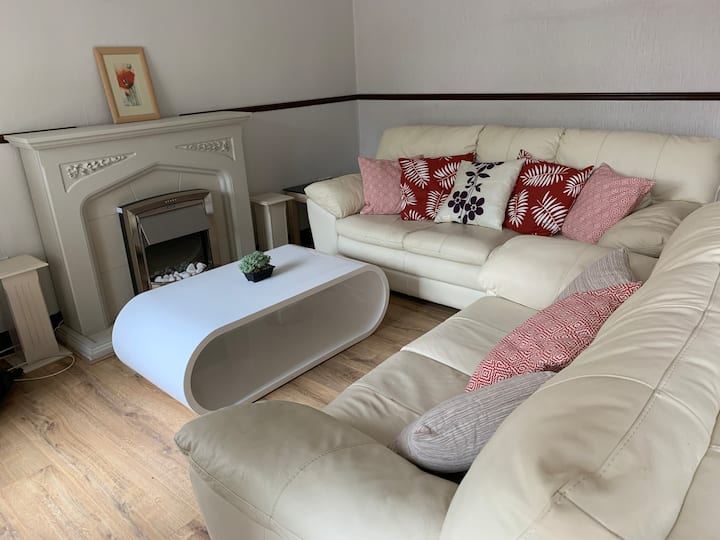 Cosy Two Bedroom House, near Glasgow City Centre