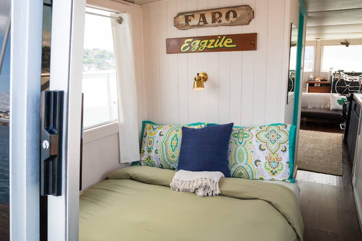 Dreamy Houseboat w/Rooftop Deck - Slip Away!