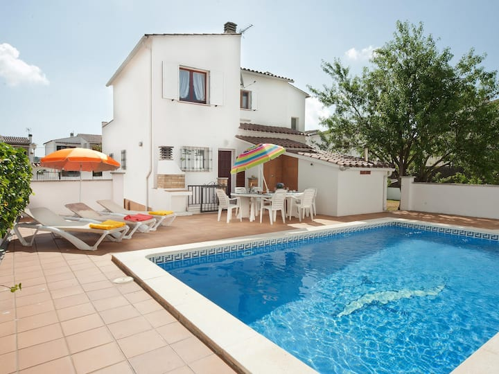 Villa with swimming-pool and garden.