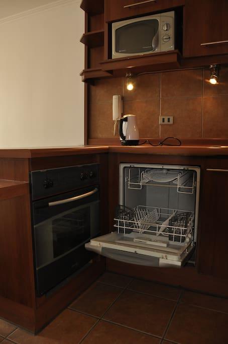 Cocina completa, con lavavajilla, horno, hervidor y microondas