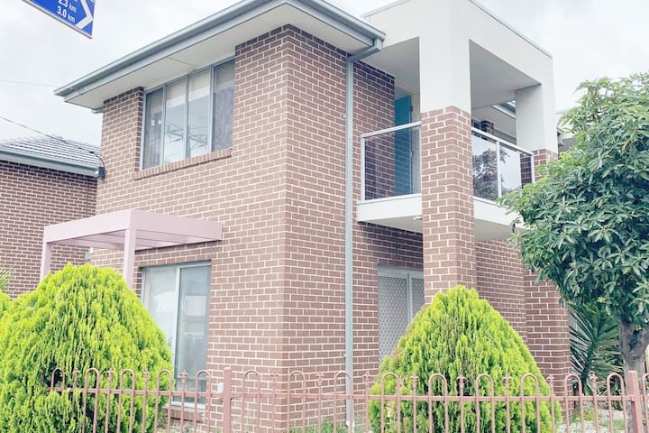 Private room 1 in townhouse near Highpoint Centre