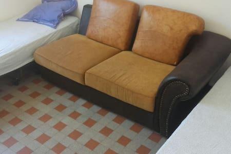 Petite chambre propre - Nice - Huis