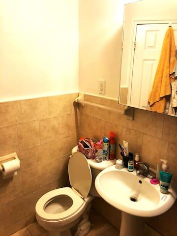 Bathroom with sink toilette and bathtub