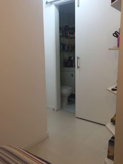 Banheiro privado do quarto.
