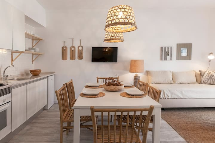 Mare Cheia [HIGH TIDE]: Beach and Surf Apartments