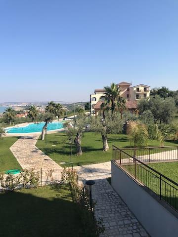 Appart con 2  terrazze con vista  mare e piscina.