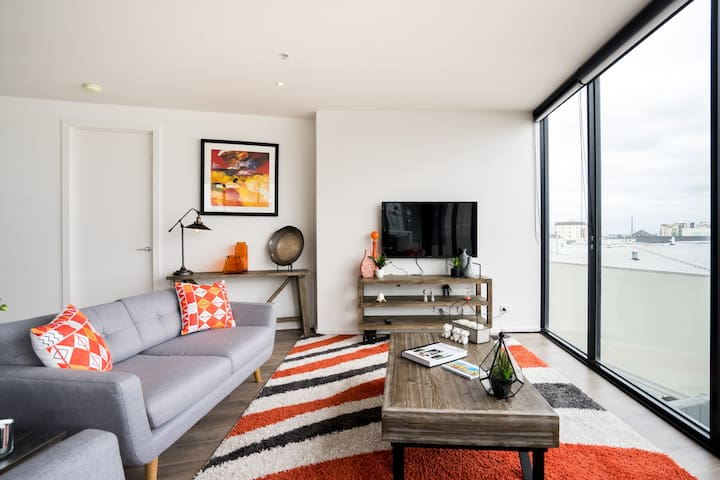 Upscale, Colourful Apartment in Port Melbourne