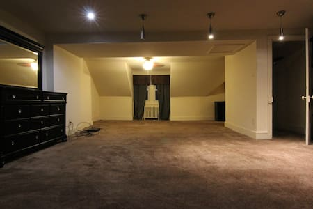 Quiet HUGE room, safe area, near train! FURNISHED - Fort Washington