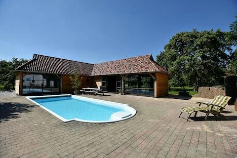 Espaciosa casa de vacaciones en Herveld con piscina