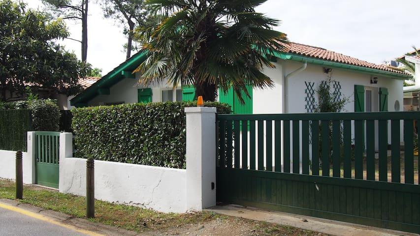 Petite maison à 400 mètres plage accès direct.