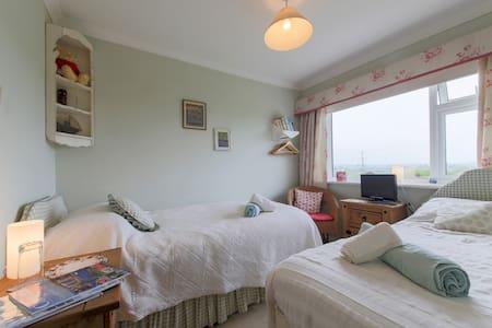 Small 2 bed/ single room + wetroom - Falmouth - Penzion (B&B)