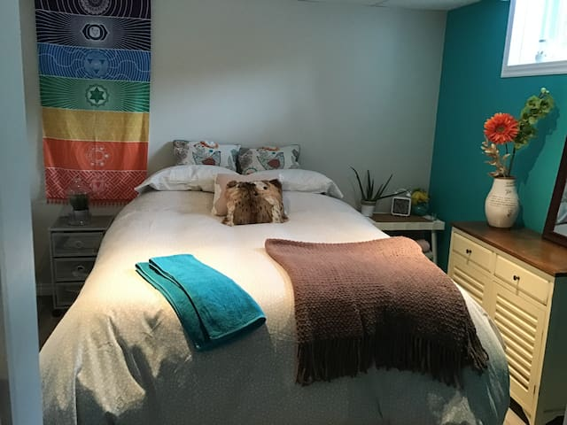 Cozy Zen basement room 12 min. from Downtown