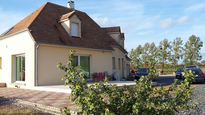 Chambre familiale à 30mn des plages - Les Champs-de-Losque - Huis