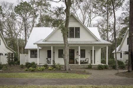 Wonderful Wilson Village Tennis Cottage 11 with Bikes and Golf Cart!!