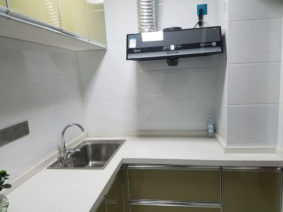 厨房配备电磁炉电饭煲及基本炊具