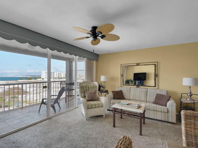 Charming condo, Steps from the bay, Beach setup and bicycles included