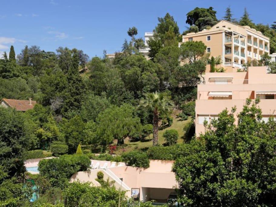 Une superve verdure autour de la résidence proche de la plage