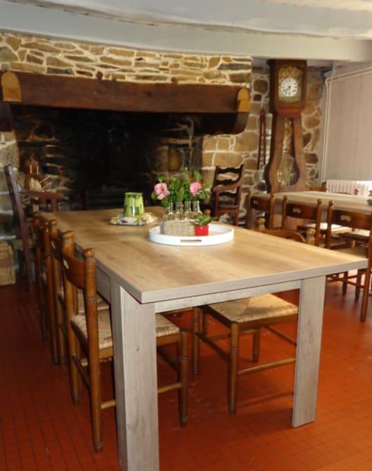 salle à manger avec grande cheminée