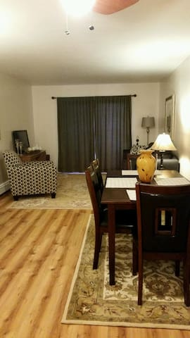 Chic, Comfortable Condo accessible to GJ amenities - Grand Junction - Apartmen