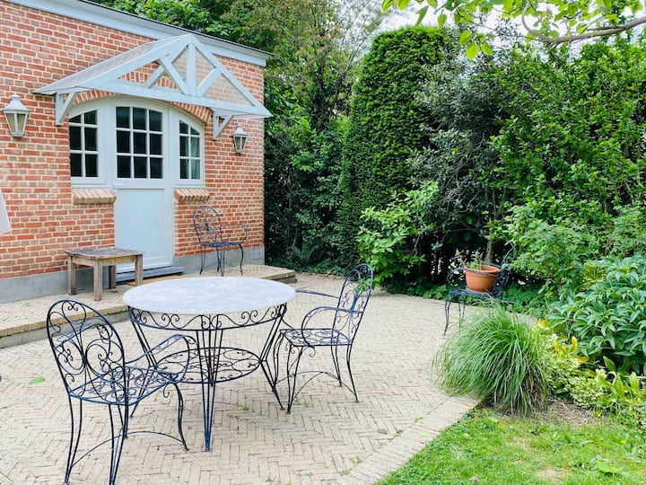 Cosy nest - terrace and free parking!