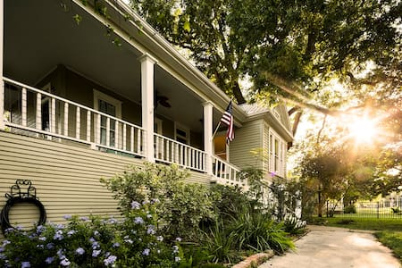 Charming 1900s Bastrop Home a short 30m to Austin
