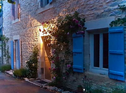 Cute stone cottage/3 mins walk to medieval village