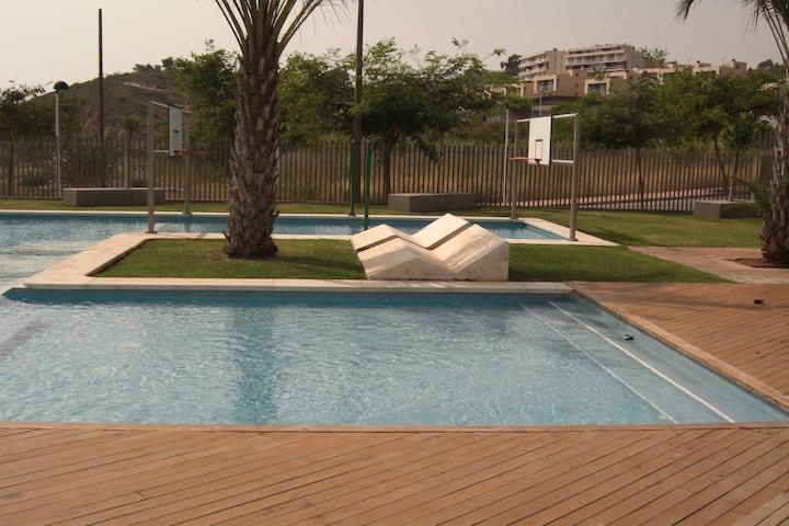 Apartamento con piscinas y 500 metros de la playa.