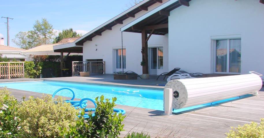 piscine aux portes de la maison avec  terrasse en bois
