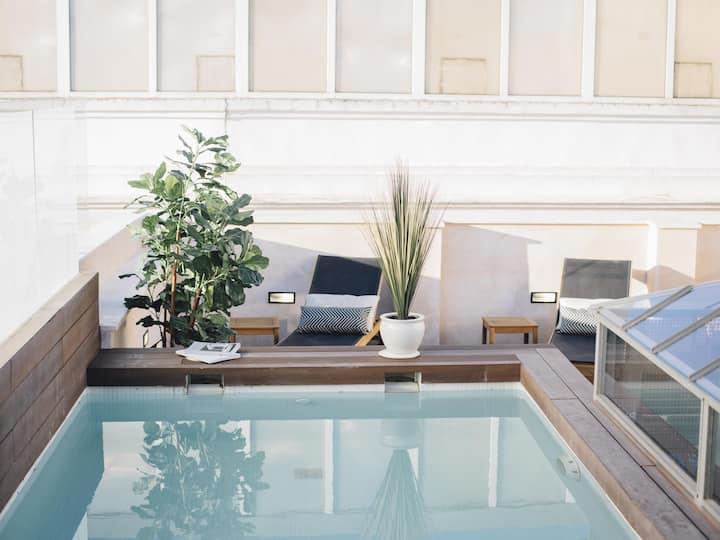 Lujoso Apartamento con Piscina y Balcón