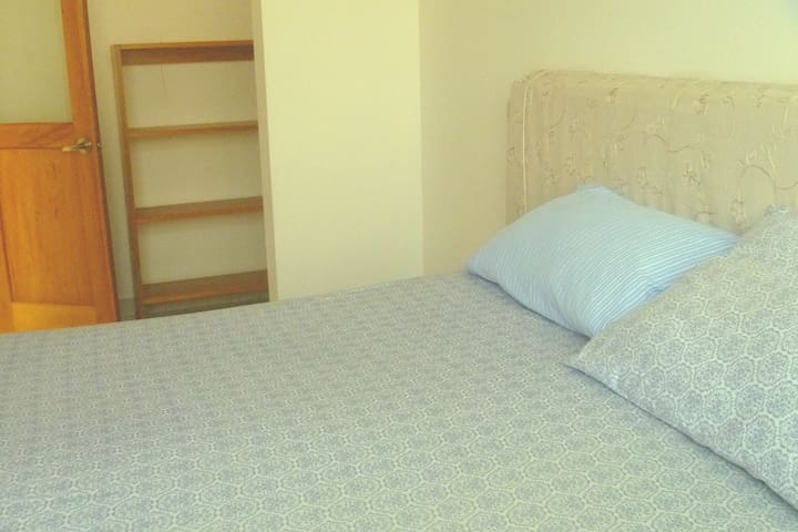BR 1, 1 Queen bed