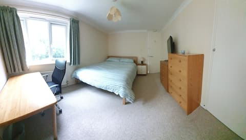 Comfortable, king sized room in quiet location