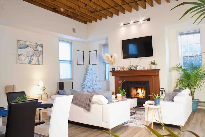 Spacious loft in Old City (Downtown) w/Balcony!
