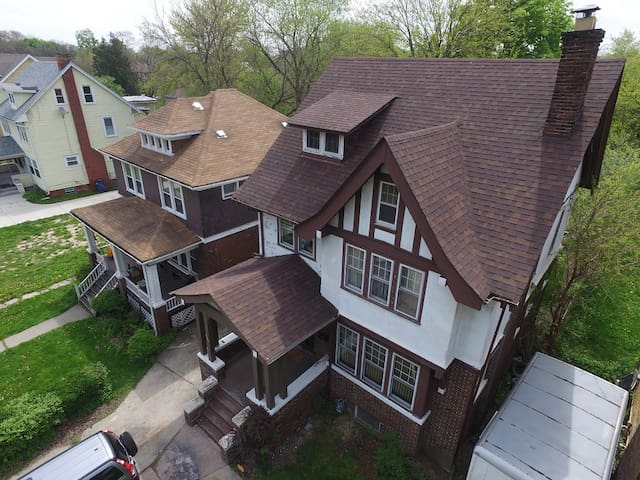 Sm BR in Charming Tudor house (La Salle Gardens) - Detroit - House