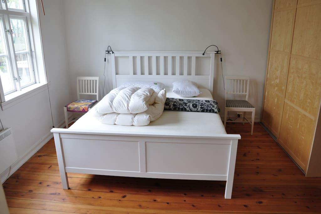 Soverom 1 med dobbeltseng med nye gode madrasser. Garderobeskap.
