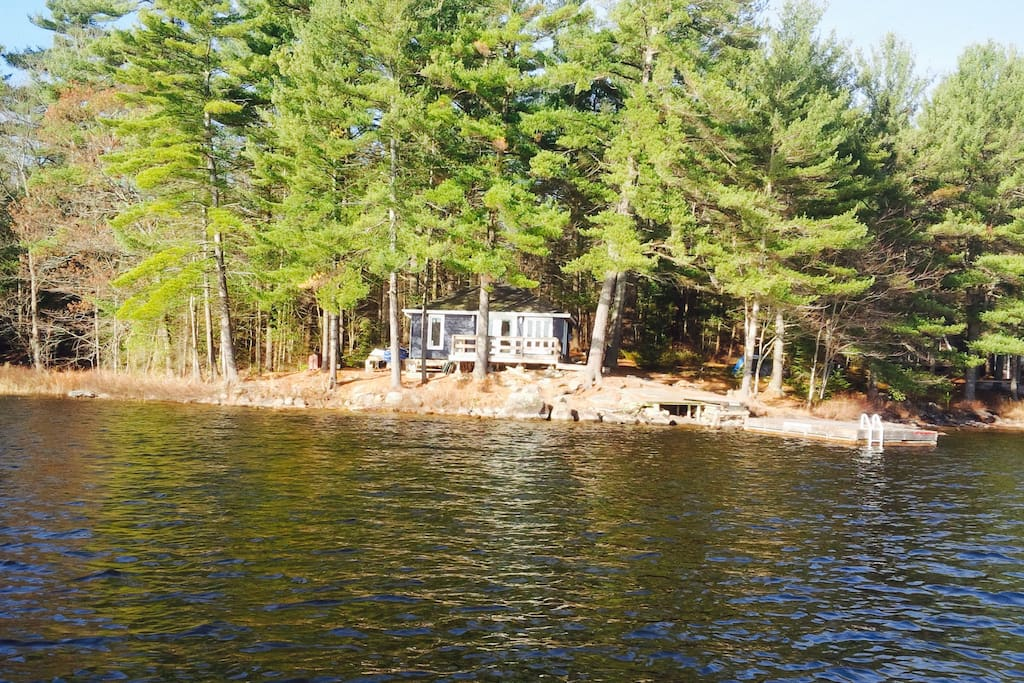 Situated right on Harris Lake