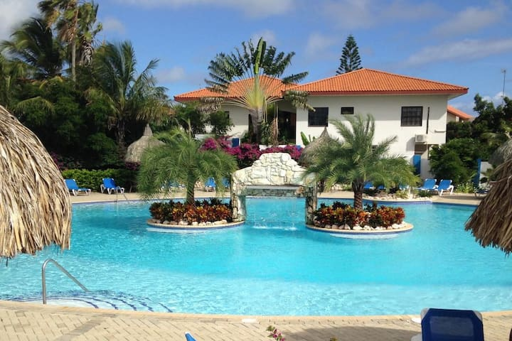 Gezellig appt op tropisch resort met groot zwembad
