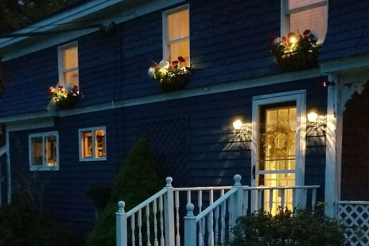 Evening view of front of the cottage...