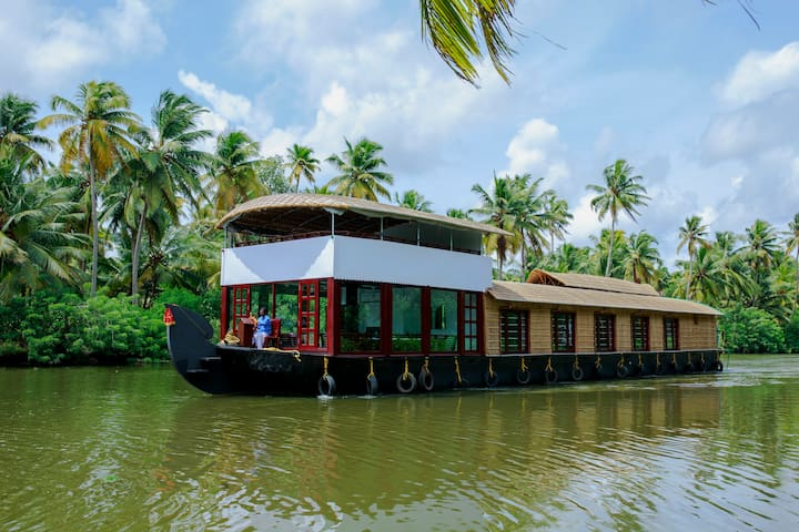 A/c deluxe room in a shared houseboat - Thanneermukkom