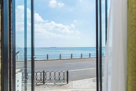 推门看海圆形门-位于小青岛鲁迅公园栈桥海底世界第一海水浴场,离海岸线5米