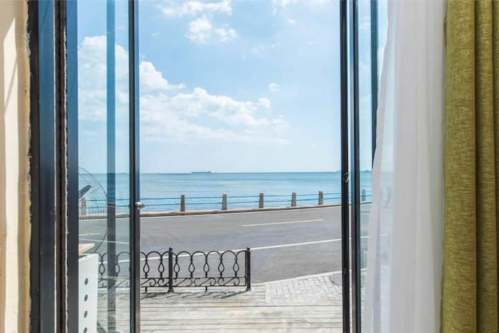 推门看海圆形门-网红风陵渡口咖啡旁,位于小青岛鲁迅公园栈桥海底世界第一海水浴场,离海岸线5米