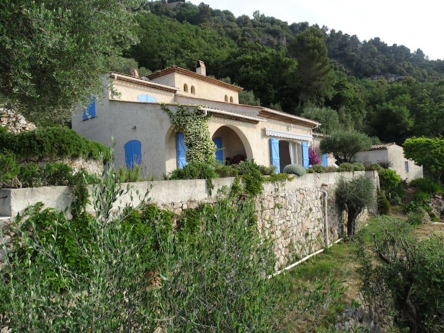 La maison principale et le cottage à droite