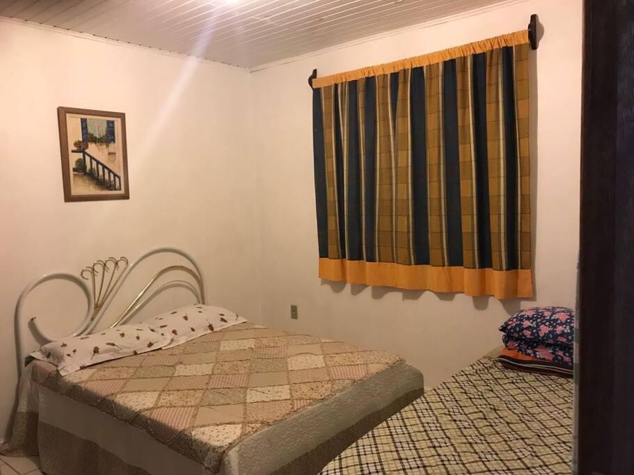 Dormitório com cama de casal e solteiro